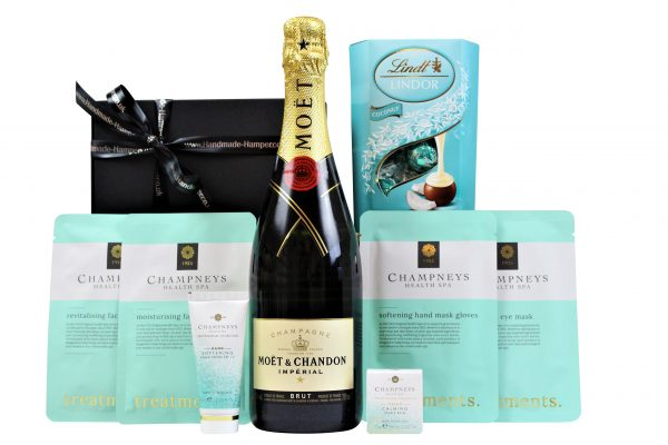 Inside the willow gift hamper basket, the Relax and Unwind Pamper Set is filled with professional spa products to create total relaxation. The black presentation box holds four Champneys spa face and body pampering masks, hand cream and temple balm to provide a luxury spa experience for a revitalising pamper session at home. Add a bottle of your favourite tipple and indulge in a sumptuous box of Lindt chocolates truffles and you have the perfect relaxation gift.