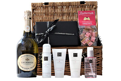 Let each day be a new beginning with this Ritual of Sakura Pamper Basket and the healing power of Sakura. With organic rice milk and cherry blossom the selection of pampering gifts provide for a total relaxation experience. Add a sweet sensation with the Award Winning artisan Buttermilk fudge and a bottle of your favourite tipple and this gift will be the perfect pampering treat.